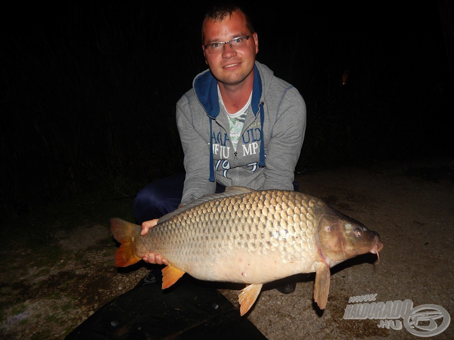 Lefekvés előtt még egy utolsó hal. A csali Haldorádó FermentX Nagy Amur etetőanyagból kiválogatott intenzív aromájú kukoricát fűztem a horog alá