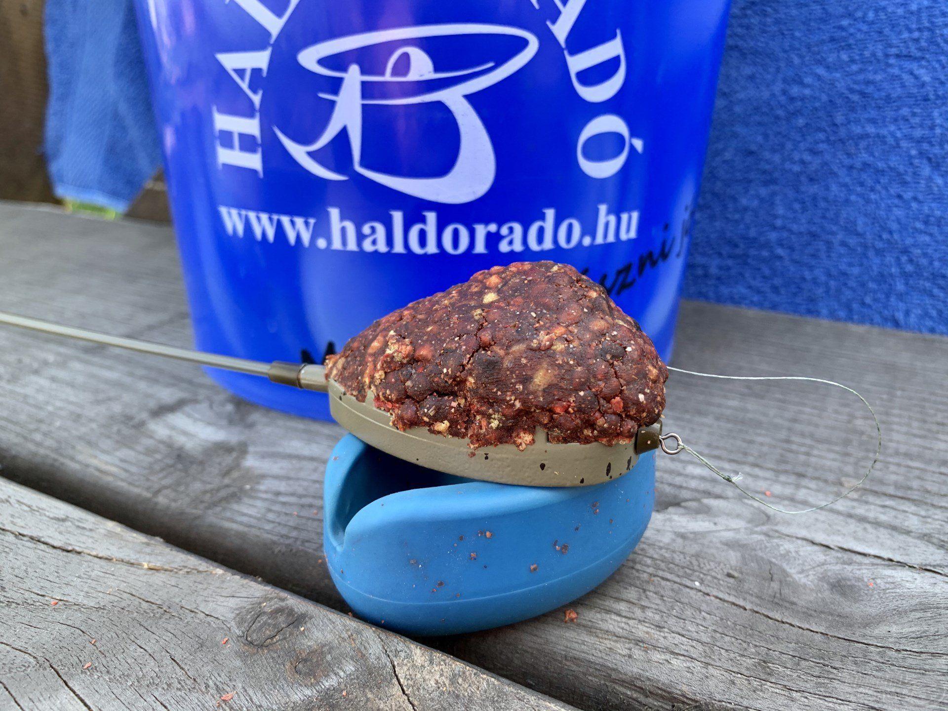 … a már egyszer megtöltött kosarat újfent a töltőszerszámba préseltem, így kaptam meg ezt az óriási gombócot…