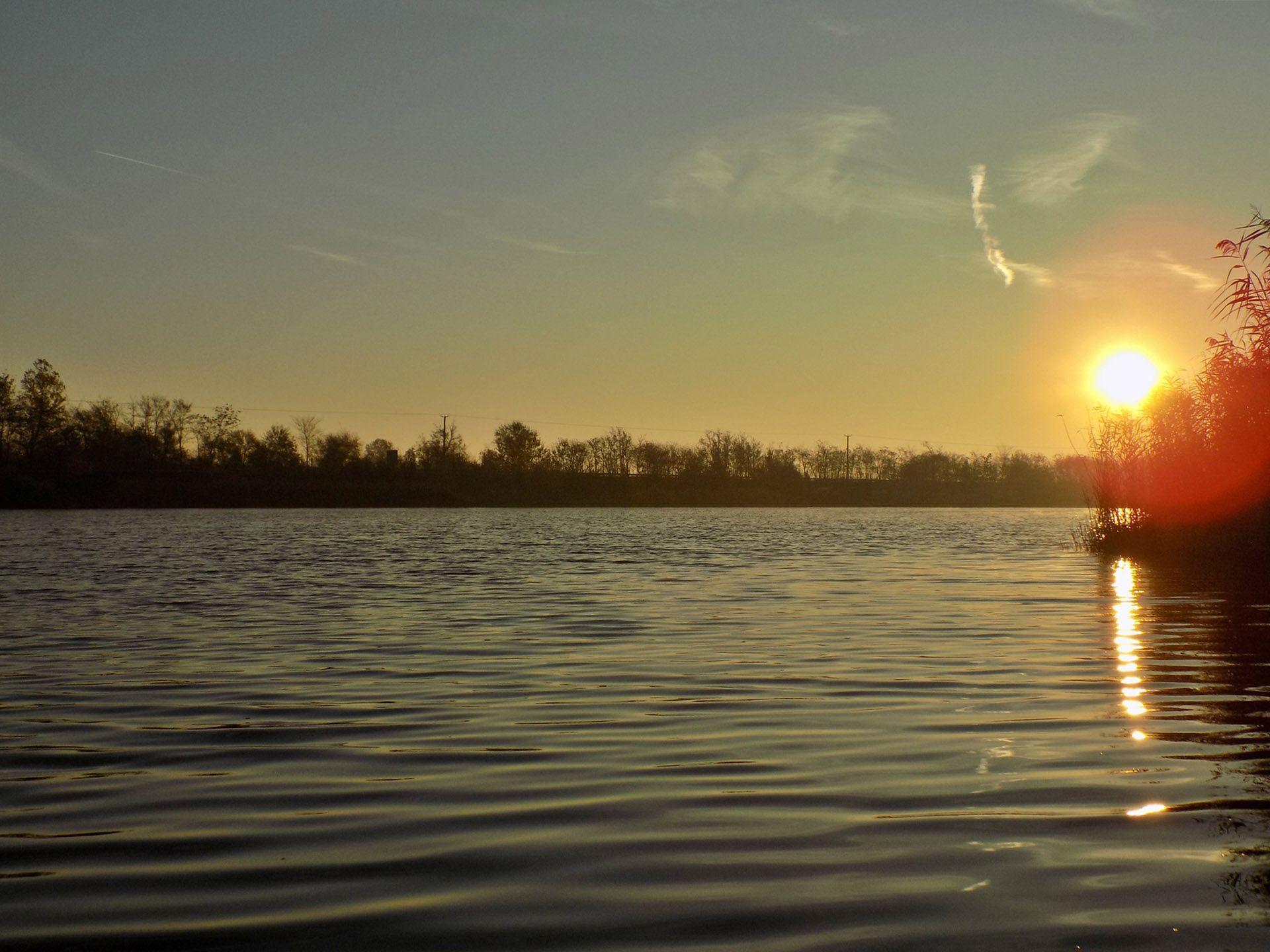 A reggeli órák egyszerűen megbabonázóak. Egy nagy mélységekkel rendelkező bányatavon horgászni mindig kihívás, azonban ha megtaláltuk, mi is jelenti az egyértelmű megoldást az adott horgászaton, akkor életre szóló élményekben lehet részünk