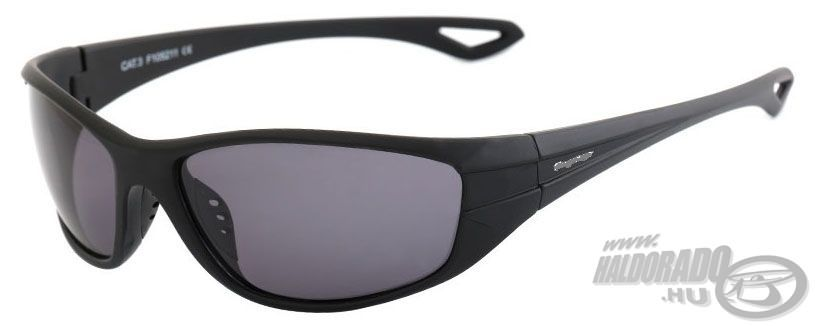 A család 3. tagja, a Steel Head Polaroid napszemüveg, mely klasszikus fekete szárral és kerettel, illetvefüstszürke lencsével válik tetszetős kiegészítővé