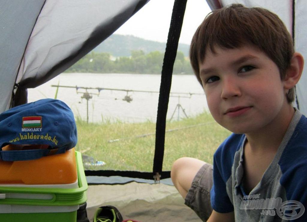 Ezen a napon nagyon jól jött a sátor, mert egy nagy viharba sikerült beletenyerelnünk. Nem volt egyszerű szitu, de átvészeltük