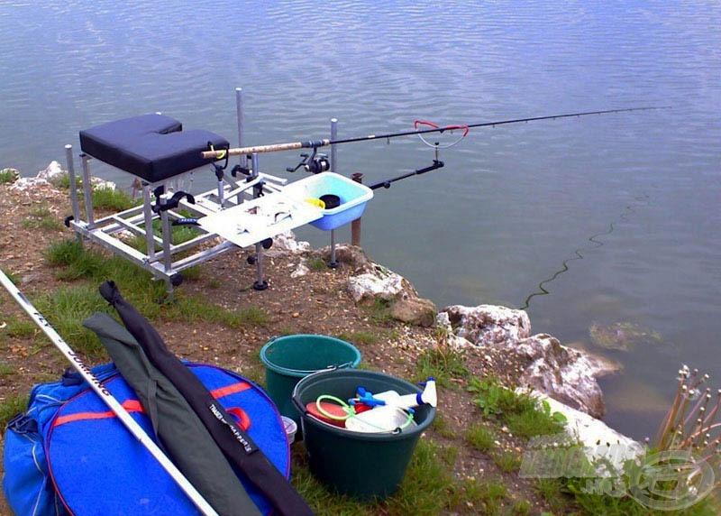 Amíg pihen a bekevert etetőanyag, felállíthatjuk horgászállásunkat