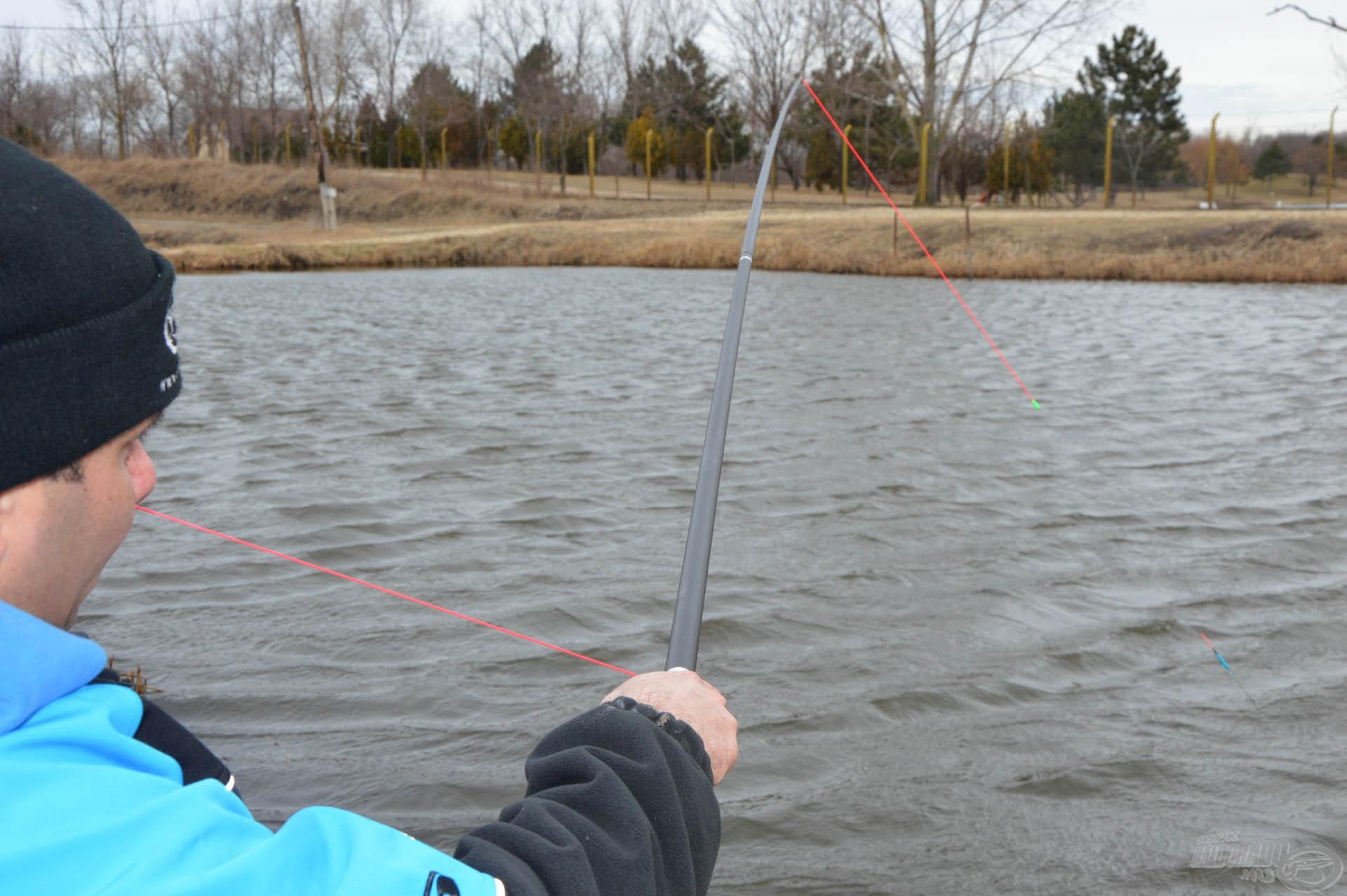 Rövidítés után az oldalt kivezetett gumival elkezdhetjük visszanyerni azt, amit a hal kihúzott