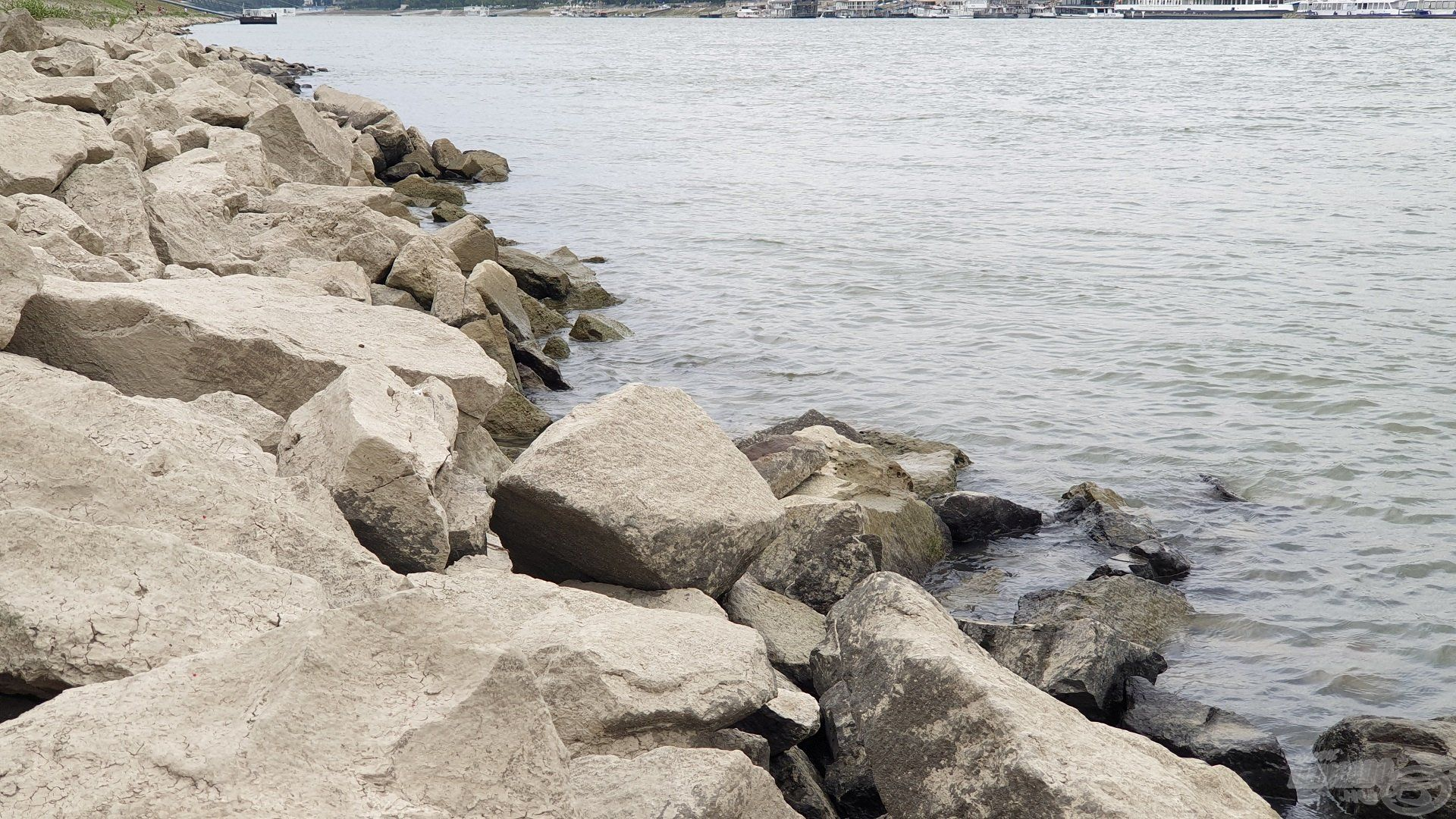 Hatalmas kövek övezik a Duna partját, amerre csak a szem ellát