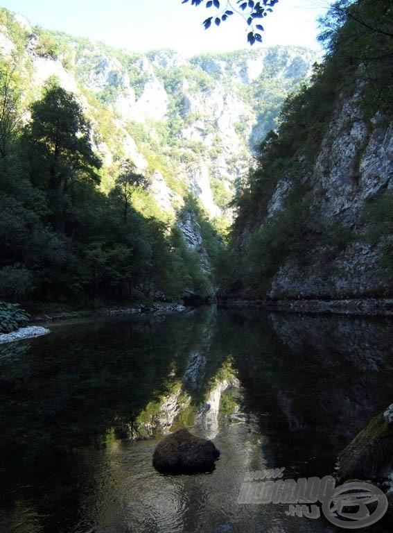 A kanyonba napközben is csak helyenként süt be a nap
