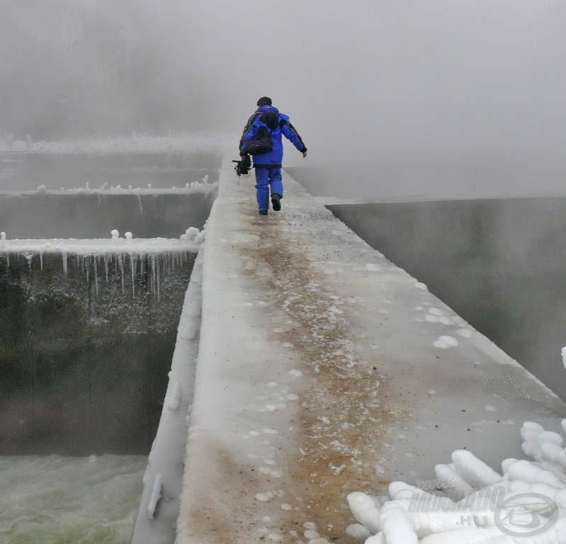 Ezen a jeges betonpilléren kellett átkelnünk a túloldalra. Nem ajánlom senkinek!