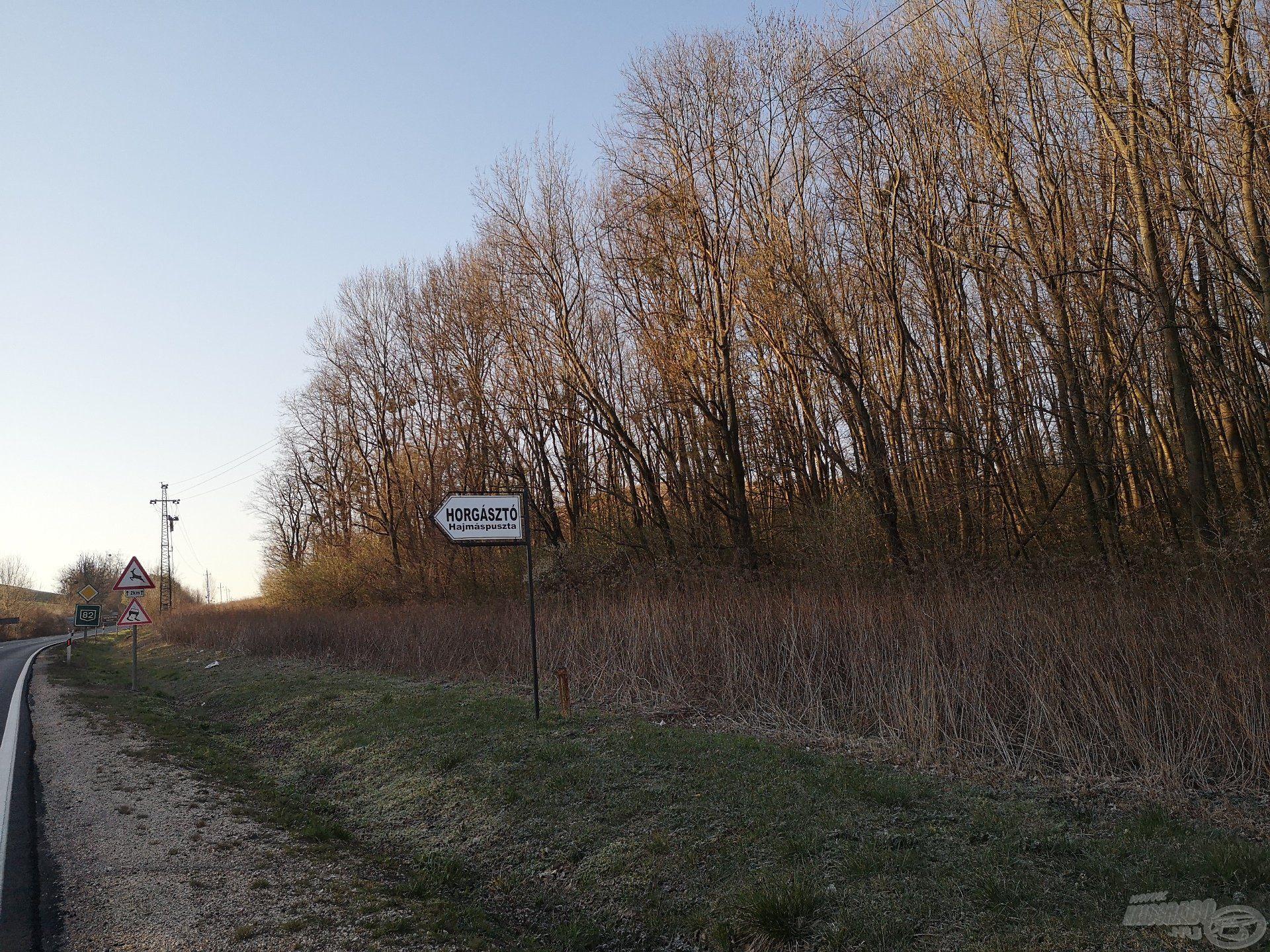 A 82-es főútról balra kell kanyarodni, majd pár km múlva jobbra
