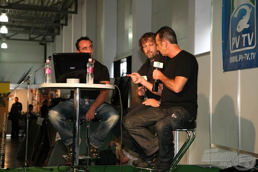 Frank Warwick és Jason Cann előadás közben. A narrátor Walter Tamás