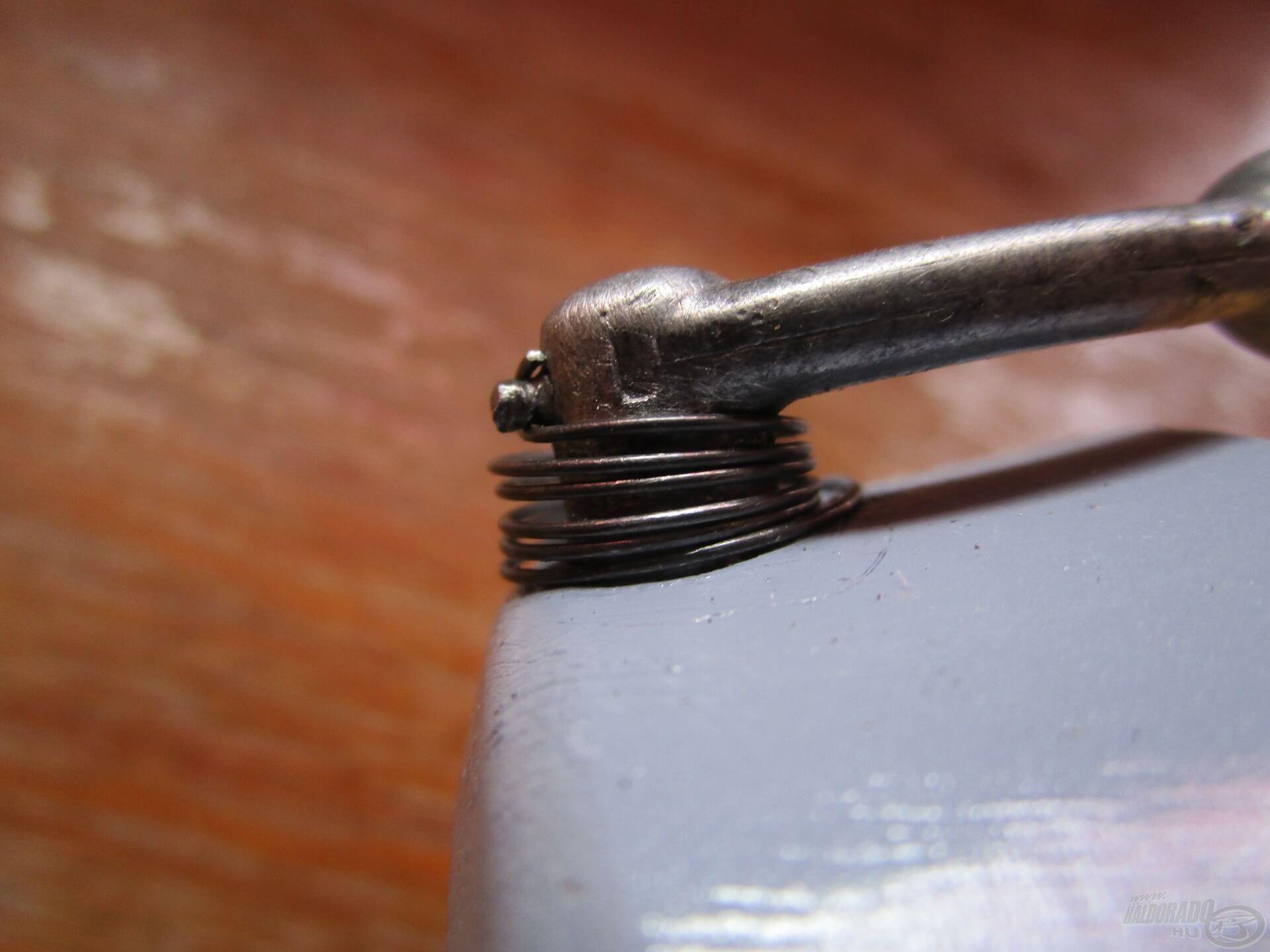 A felkapókar rugója gyengült az évek során, ez azonban egy közel 40 éves műszernél jelentéktelen apróság