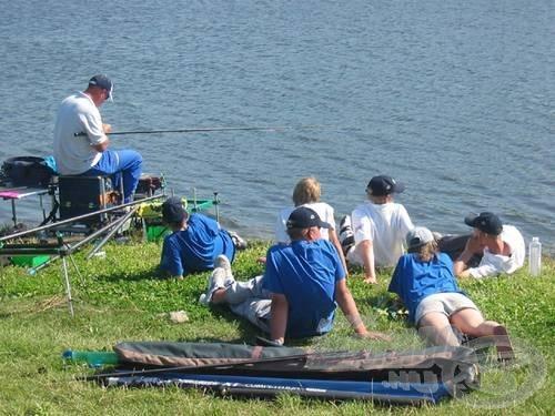 Hogy a víz fortélyait kiismerjék, az edzéseken a tapasztalt felnőttek is horgászbotot ragadtak