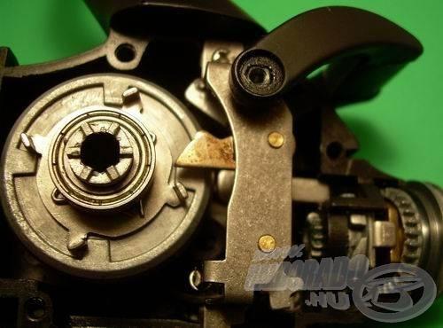 A nyeletőfék a hajtókar negyed fordulatán belül visszavált. Az acélból készült, négykörmös átváltó tárcsa egy spirálrugó közbeiktatásával kapcsolódik a tányérkerékhez. A rugalmas összeköttetés tompítja a fémes ütközést - innen a nyeletőfék kulturált, finom átváltása