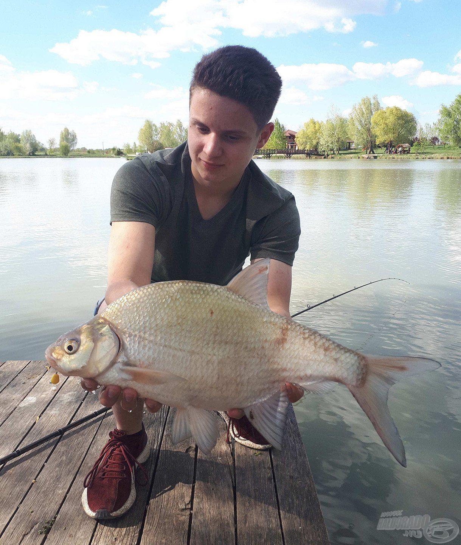 Ha a nagyobb halak inaktívvá válnak, a tó termetes dévérkeszegeit is szeretem célba venni