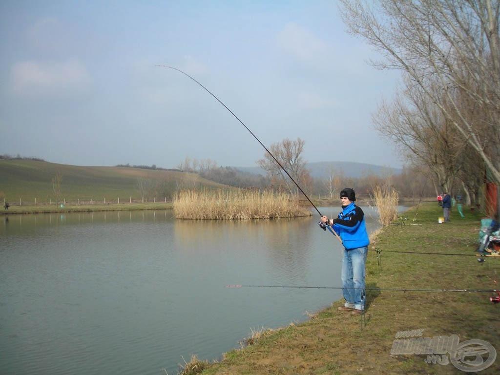 Közben a part is kezdett megtelni horgászokkal