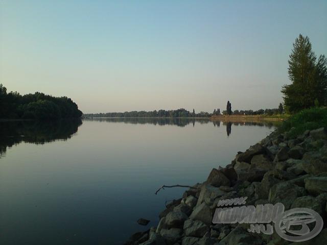 Vág és Duna összefolyása a háttérben