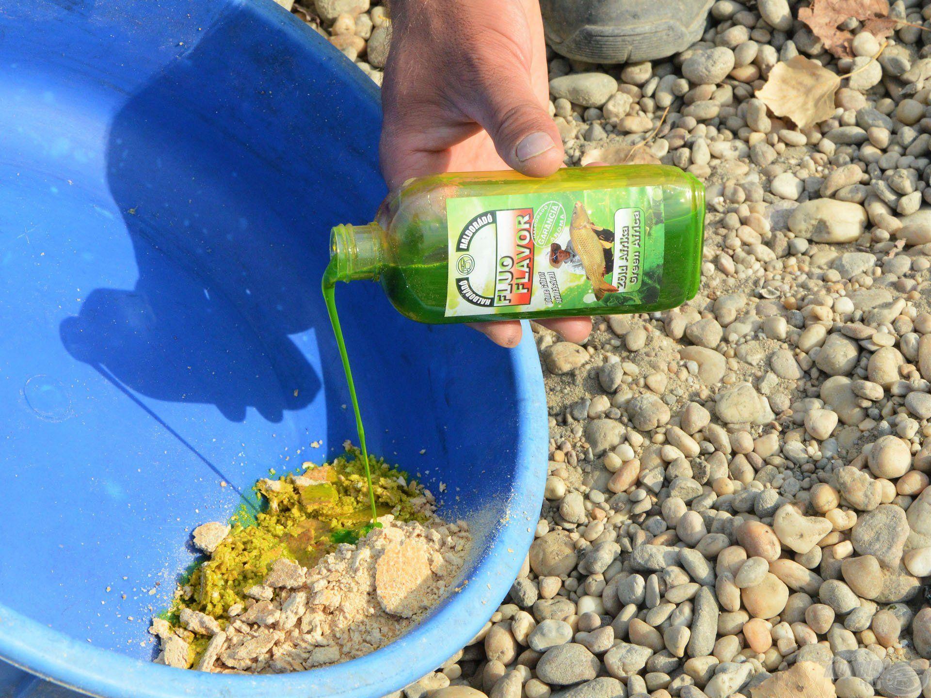 A Fluo Flavor aromákat lehet egyből az etetőanyagra is önteni, de kukoricapogácsával felitatva a legjobb
