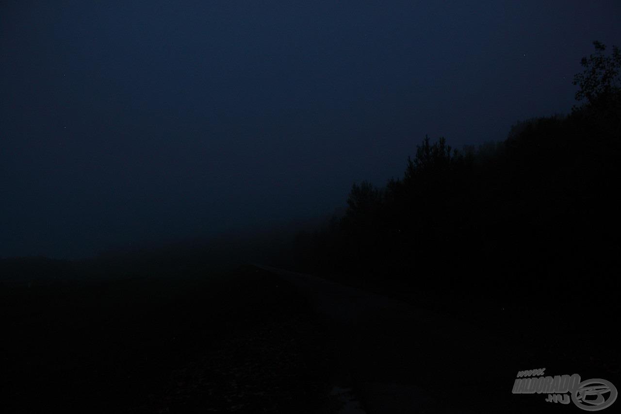 Az ősz csalhatatlan jele, hogy még bőven sötét van, amikor a megszokott időpontban indulunk horgászni - no meg a hideg és a köd