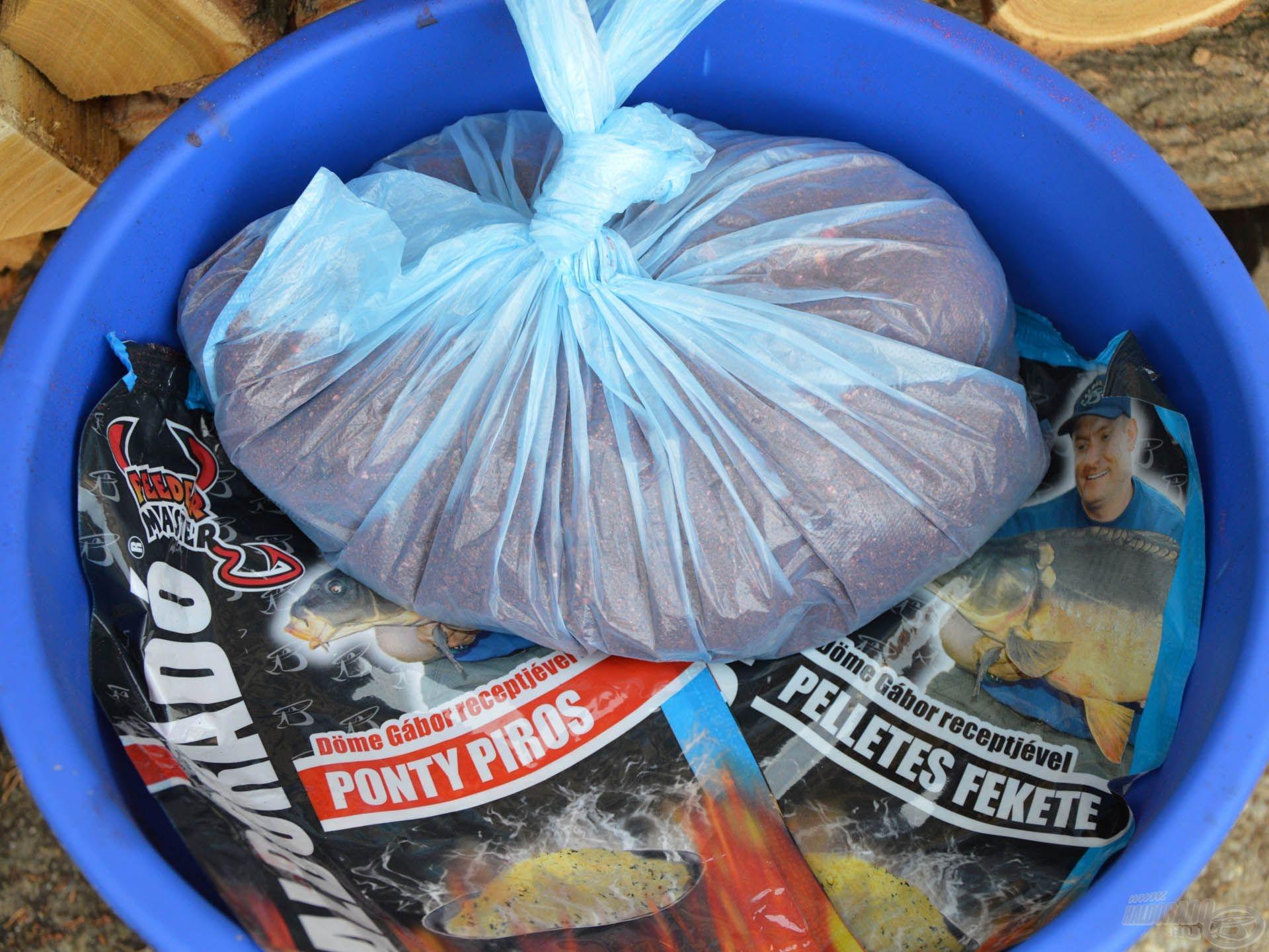 Érdemes az etetőanyagokat a horgászat előestéjén benedvesíteni, majd légmentesen lezárva, hűvös helyen másnapig pihentetni