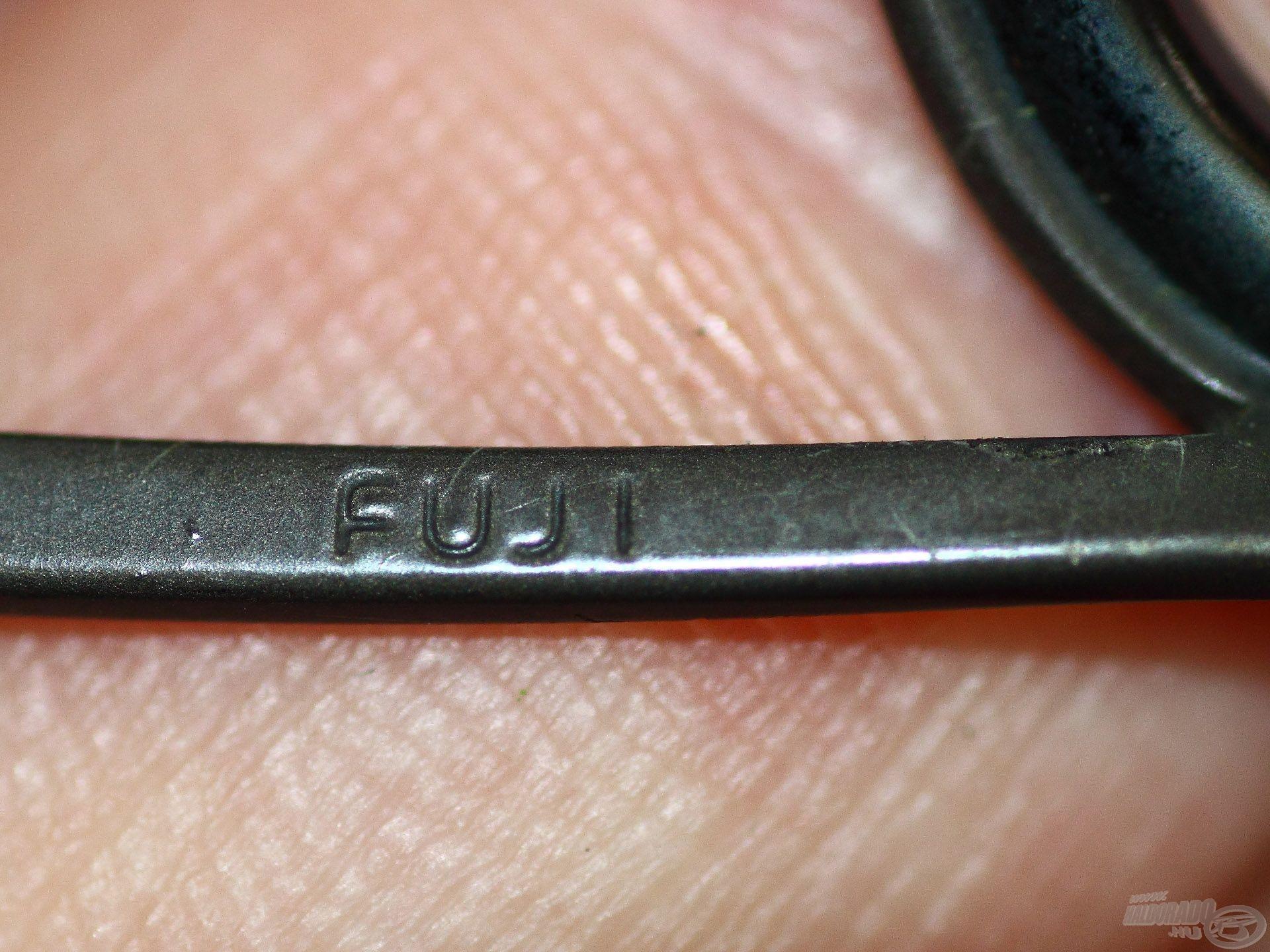 Hiába van drága gyűrűsor a boton…