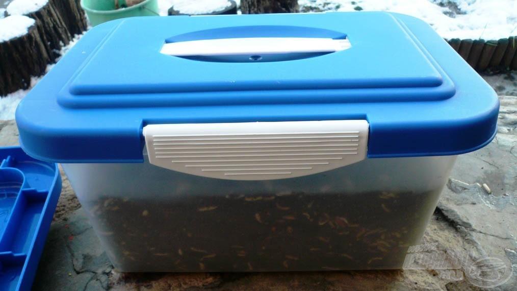 A csontival dúsított etetőanyagot mindig zárható edényben tároljuk az illatanyagok megőrzése érdekében