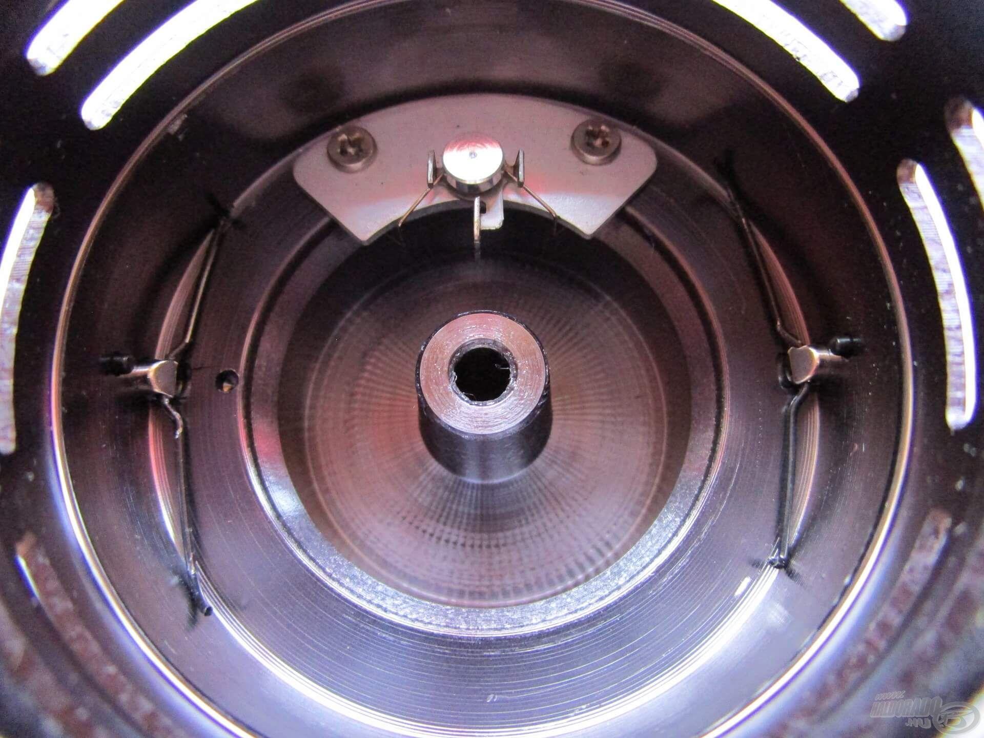 A dob belsejének kialakítása tökéletes! A két zsinórklipszhez erős rugók csatlakoznak, és a recsegésért felelős alkatrész is csupa fém!