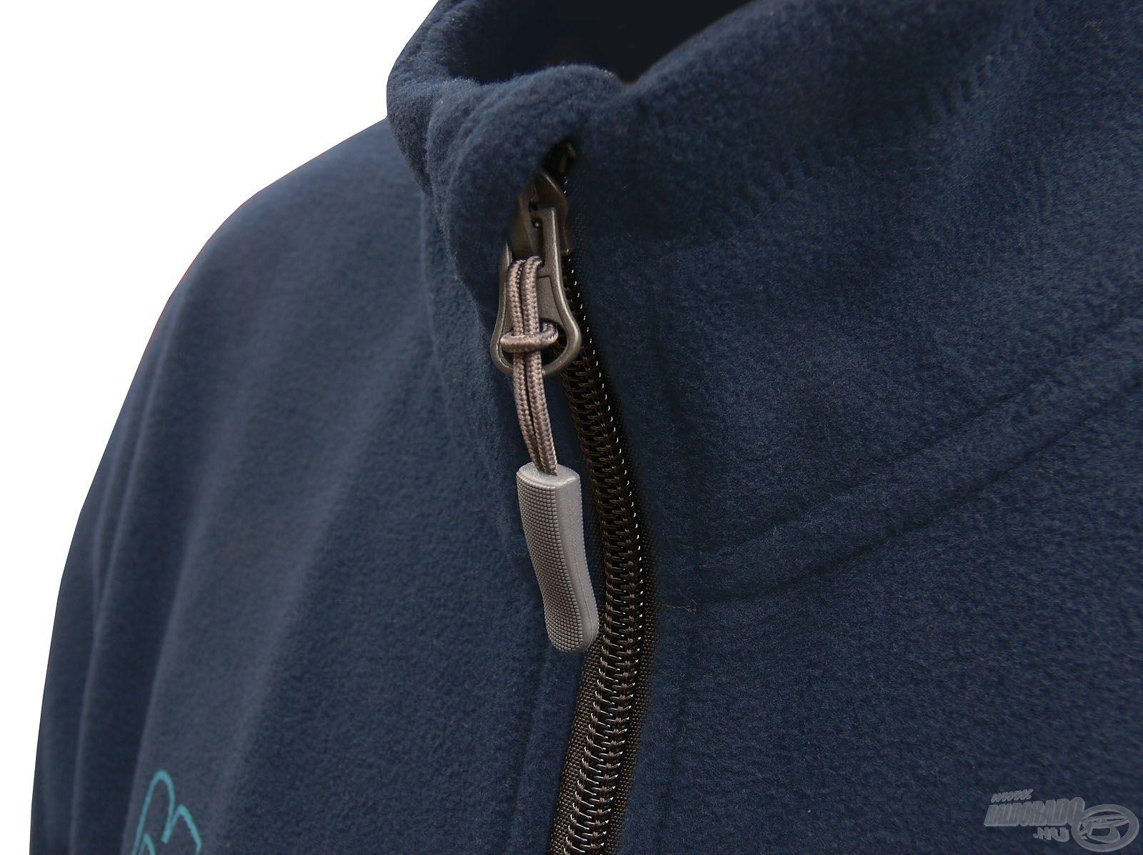 Magasított nyakrésze védelmet nyújt széltől, hidegtől, illetve a fedett cipzár nem tudja irritálni a bőrt az áll alatt