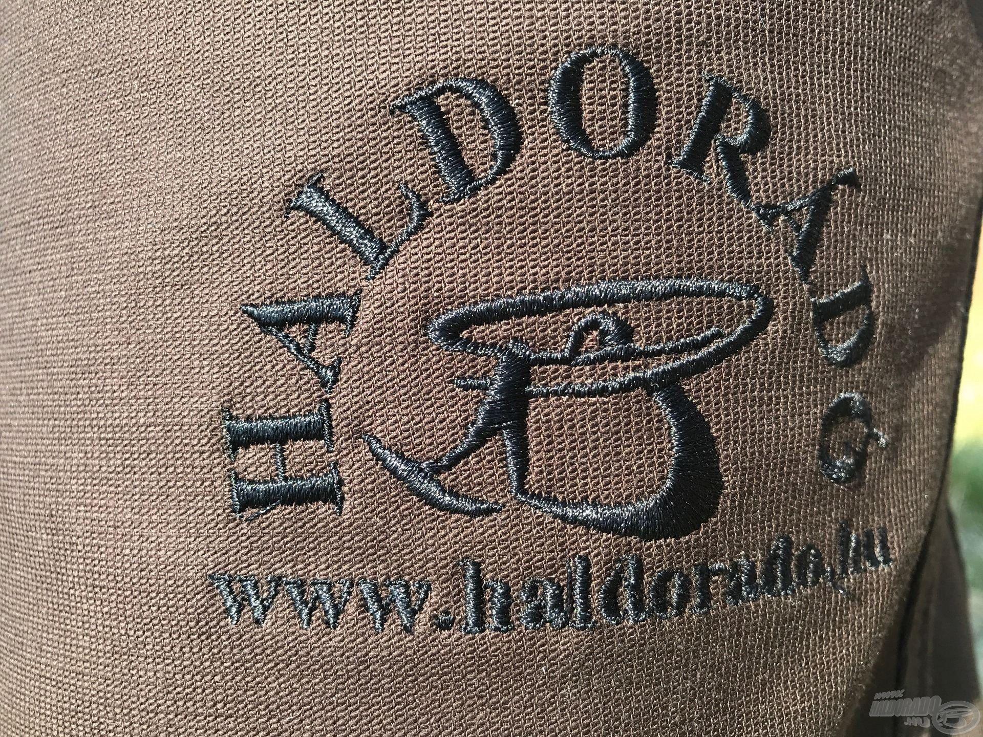 A fekete színű hímzett logó diszkrét megjelenést biztosít