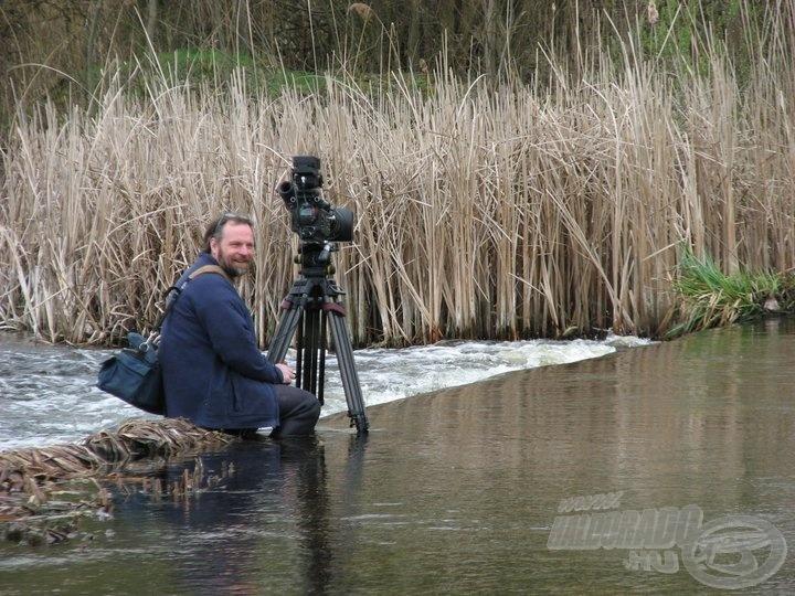 Felugró balinra várva. Janne a Red kamerával, ami a lassított képeket készíti, a folyó közepén dekkol