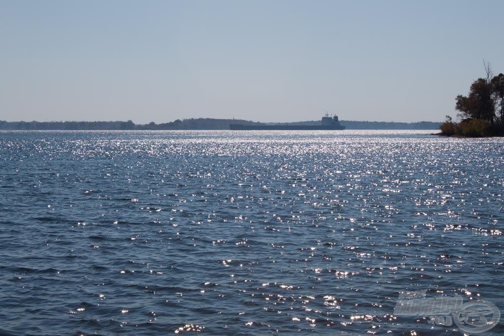 Víz, víz és víz, amerre a szem ellát. Ez a Szent Lőrinc folyó a kanadai oldalról nézve. A tengerjáró hajón túl, a túlpart már Amerika
