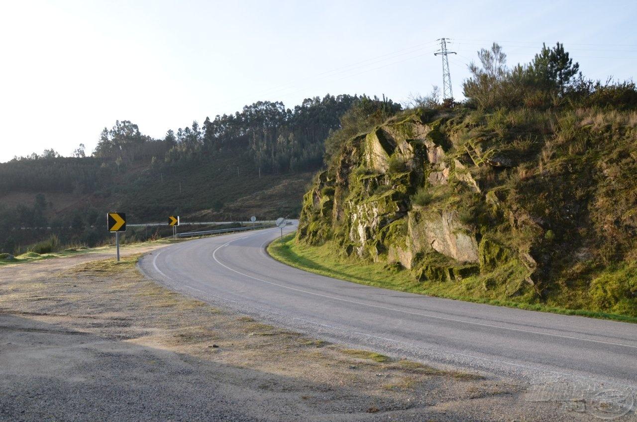 Jól kiépített utakon sem lankadhat a figyelem egy pillanatra sem, mert könnyen szakadékba zuhanhat a figyelmetlen autós!