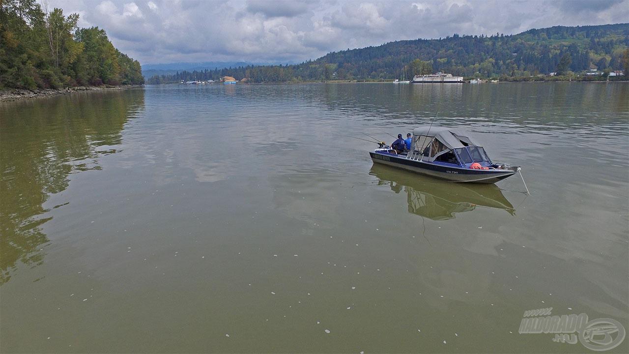 A végszerelékeket a csónaktól maximum 15-20 méterre vetettük be a 10-30 méter mély vízbe