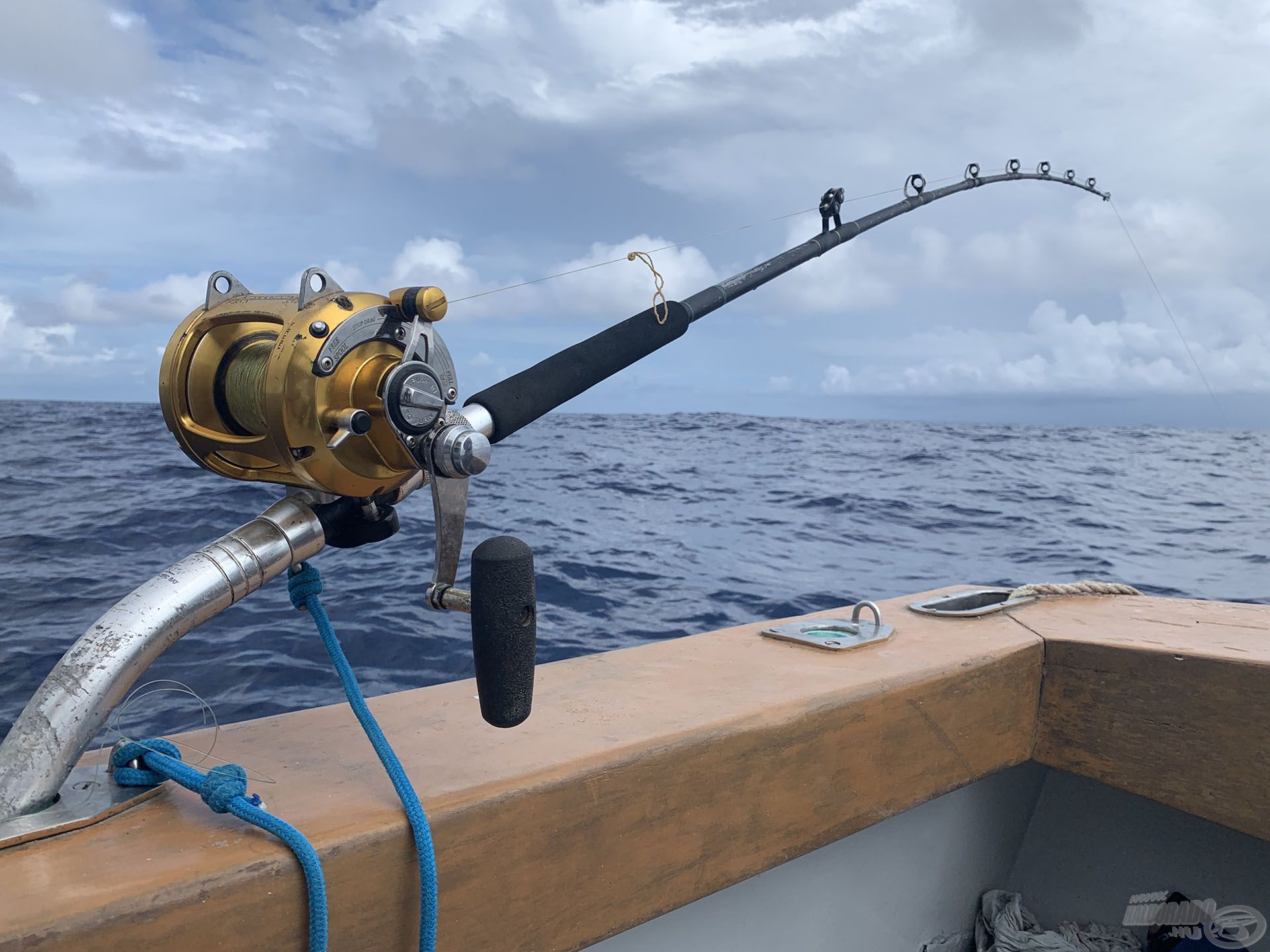 A nagymennyiségű szabad zsinór miatt – a gubancolódás elkerülése érdekében – csupán egyetlen bottal lehet ekkor horgászni