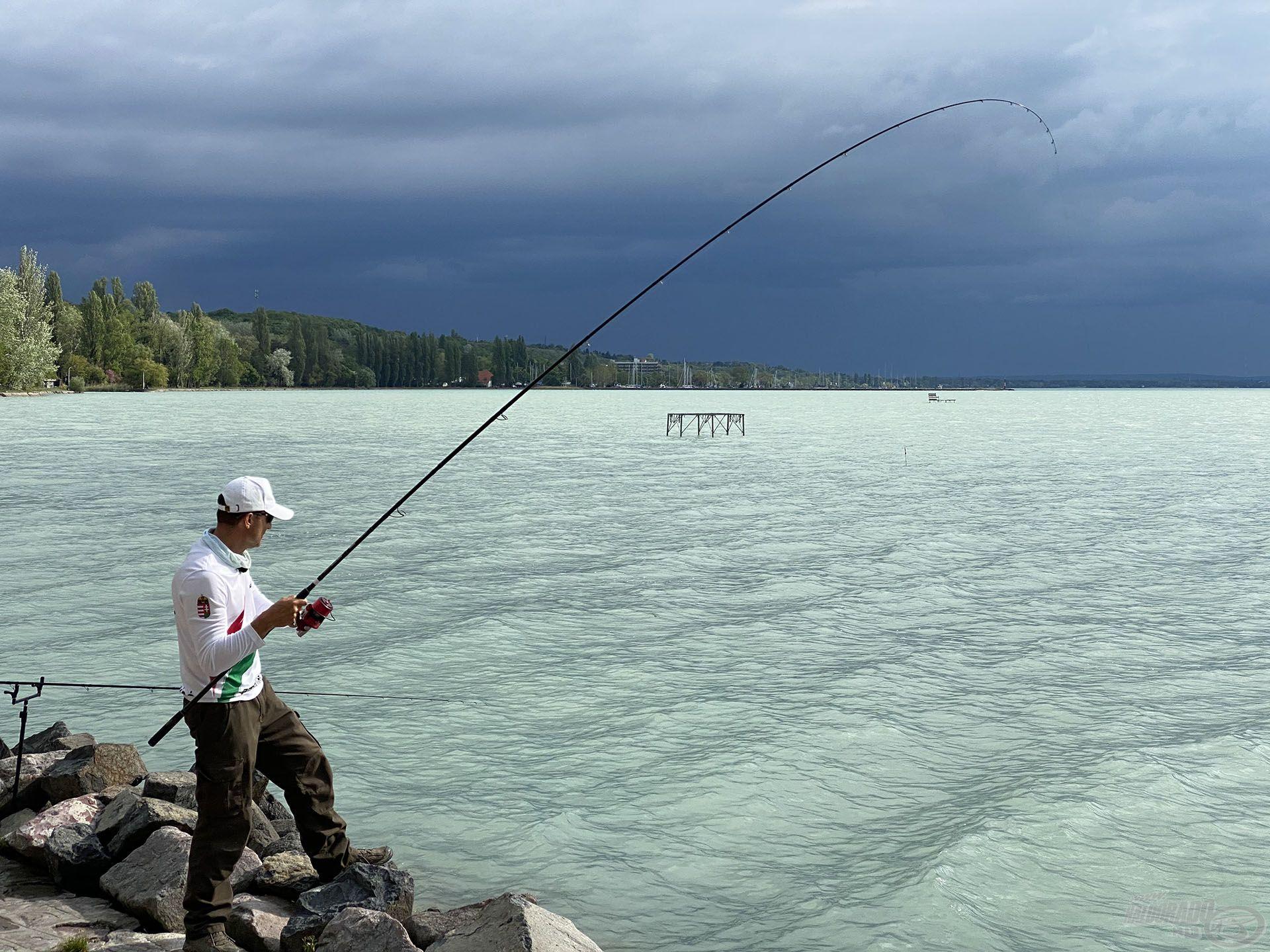 Újabb szép hal küzd a horgon, a háttérben pedig már nagyon esik…
