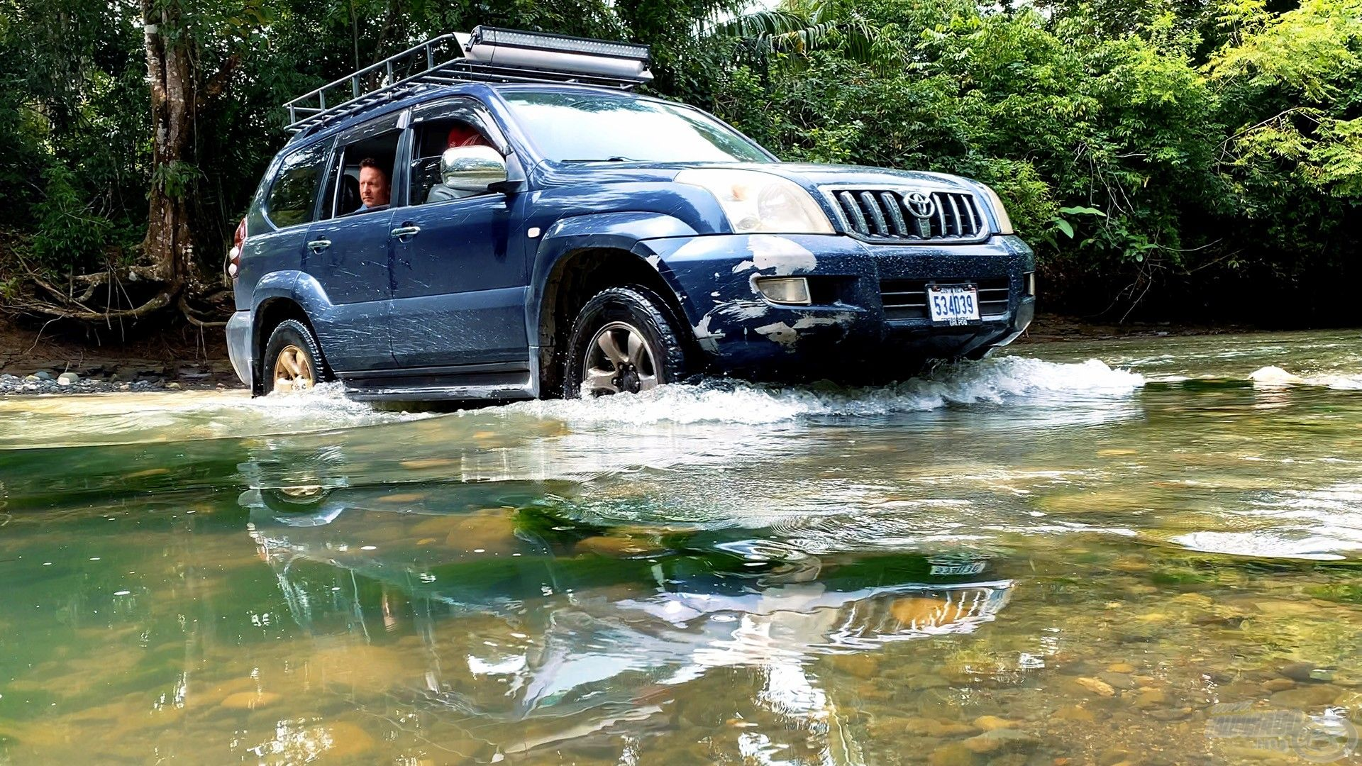 Az esőerdőkben gyakori, hogy az út egy folyón vezet át