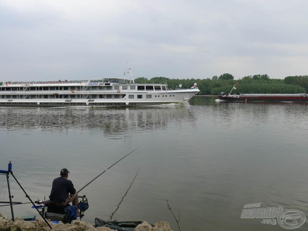A hajóforgalom folyamatos volt, de a horgászatot nem zavarta