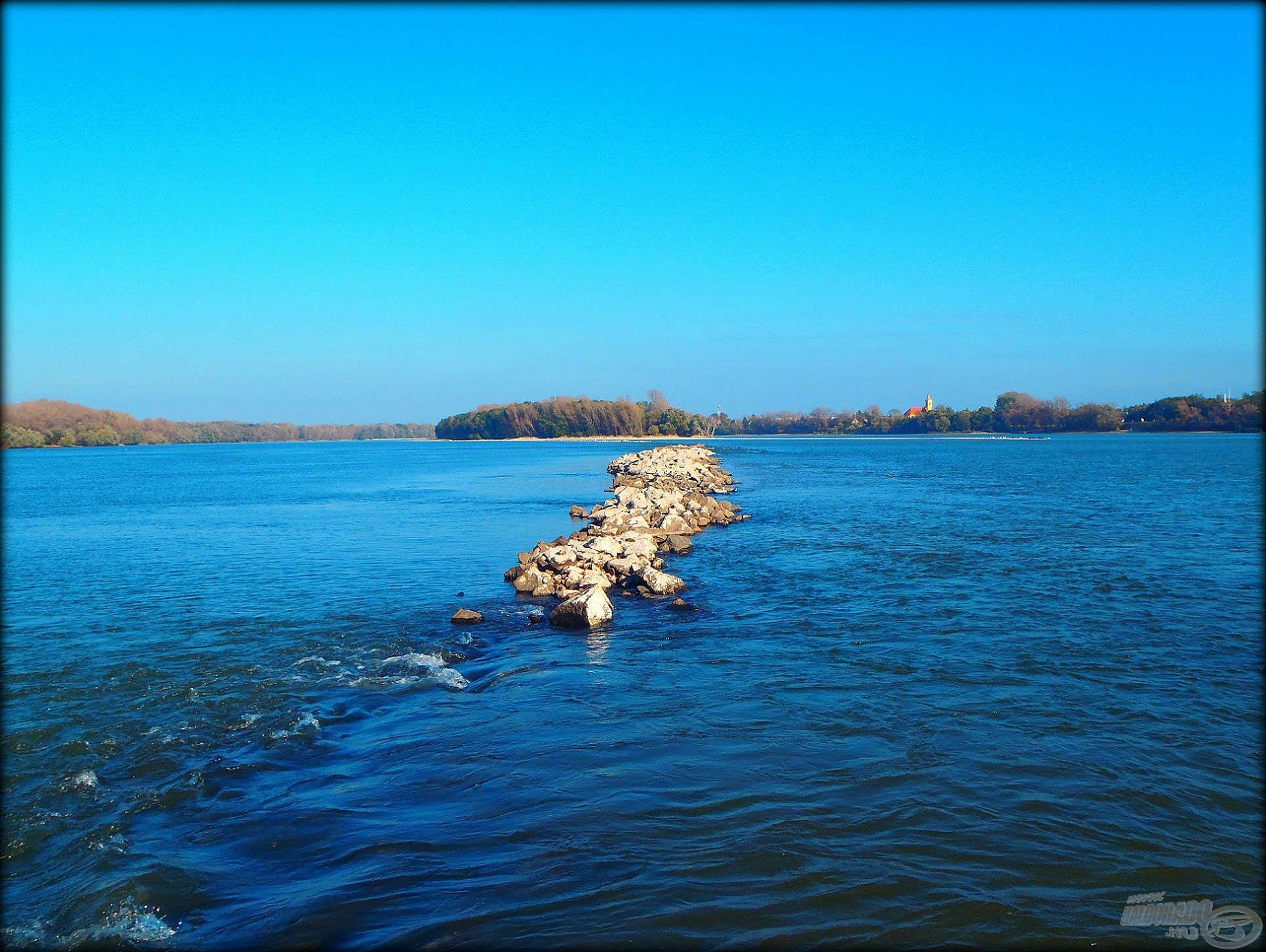 Kövezés a Duna közepén