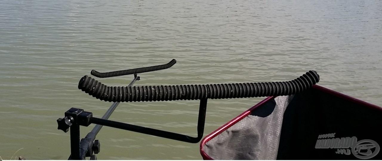 A széles, szivacsos bottartó fejeken kettő, de akár három felszerelt bot is kényelmesen elfér