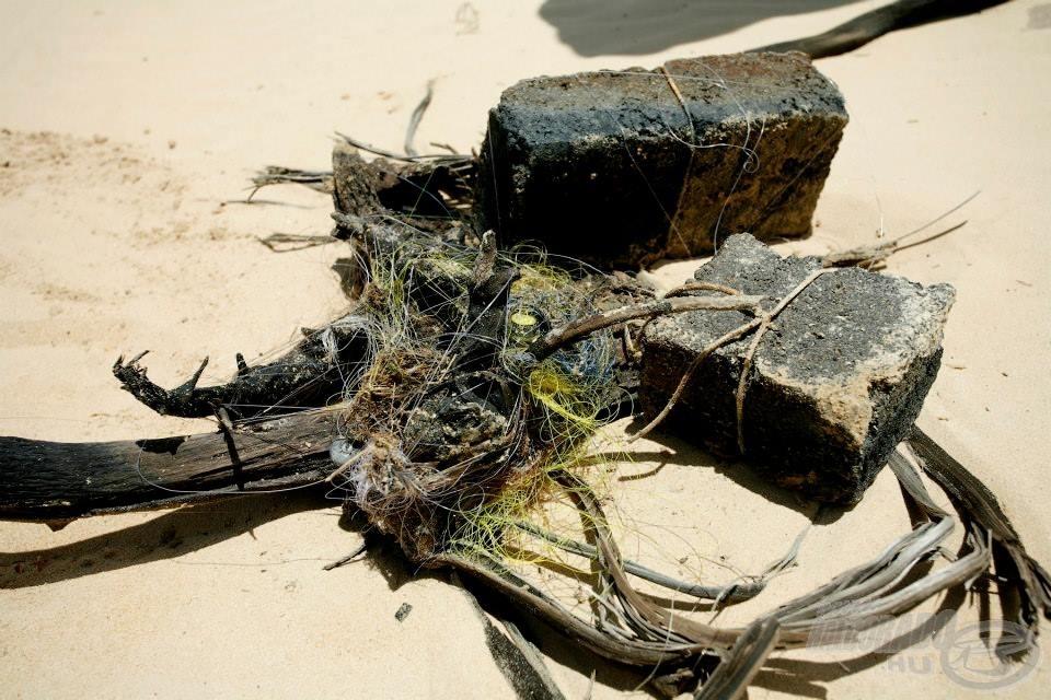 Az egyenletesnek tűnő víz  felszíne alatt természetes és mesterséges akadók nehezítették a horgászok dolgát