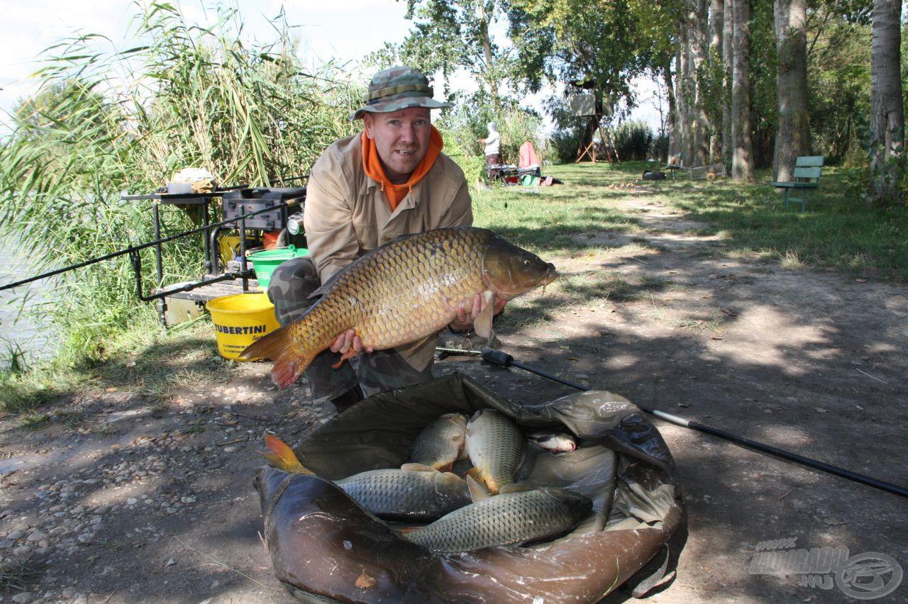Tolnai István a C szektort vezeti közel 27 kg fogott hallal, egyben módosította a legnagyobb kifogott halra pályázó személyét: 11900 g a hala súlya