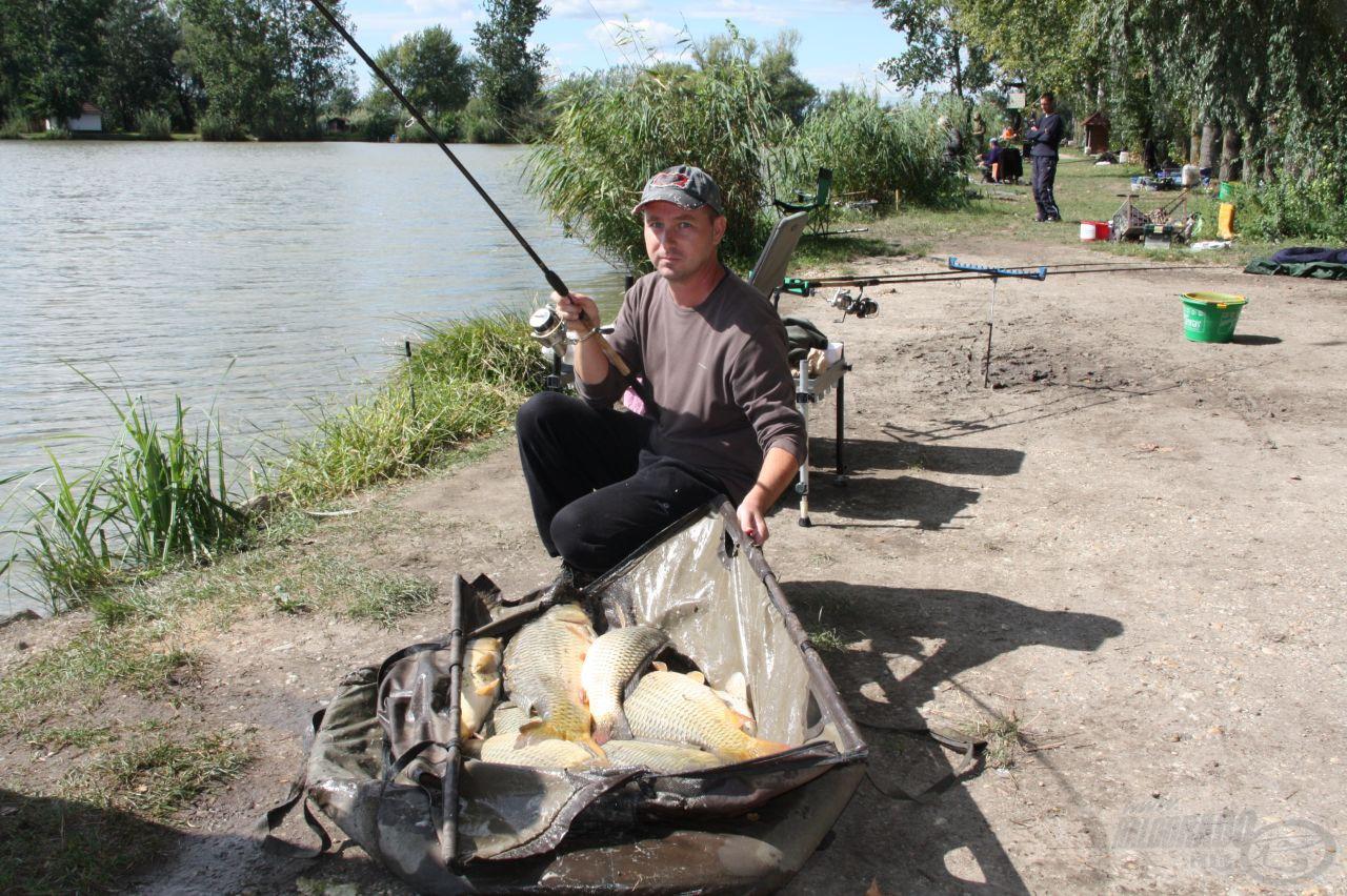 Oroszi Gábor fáraszt fotózás közben. A horgon levő hallal együtt 43 kg-ot mérlegelt
