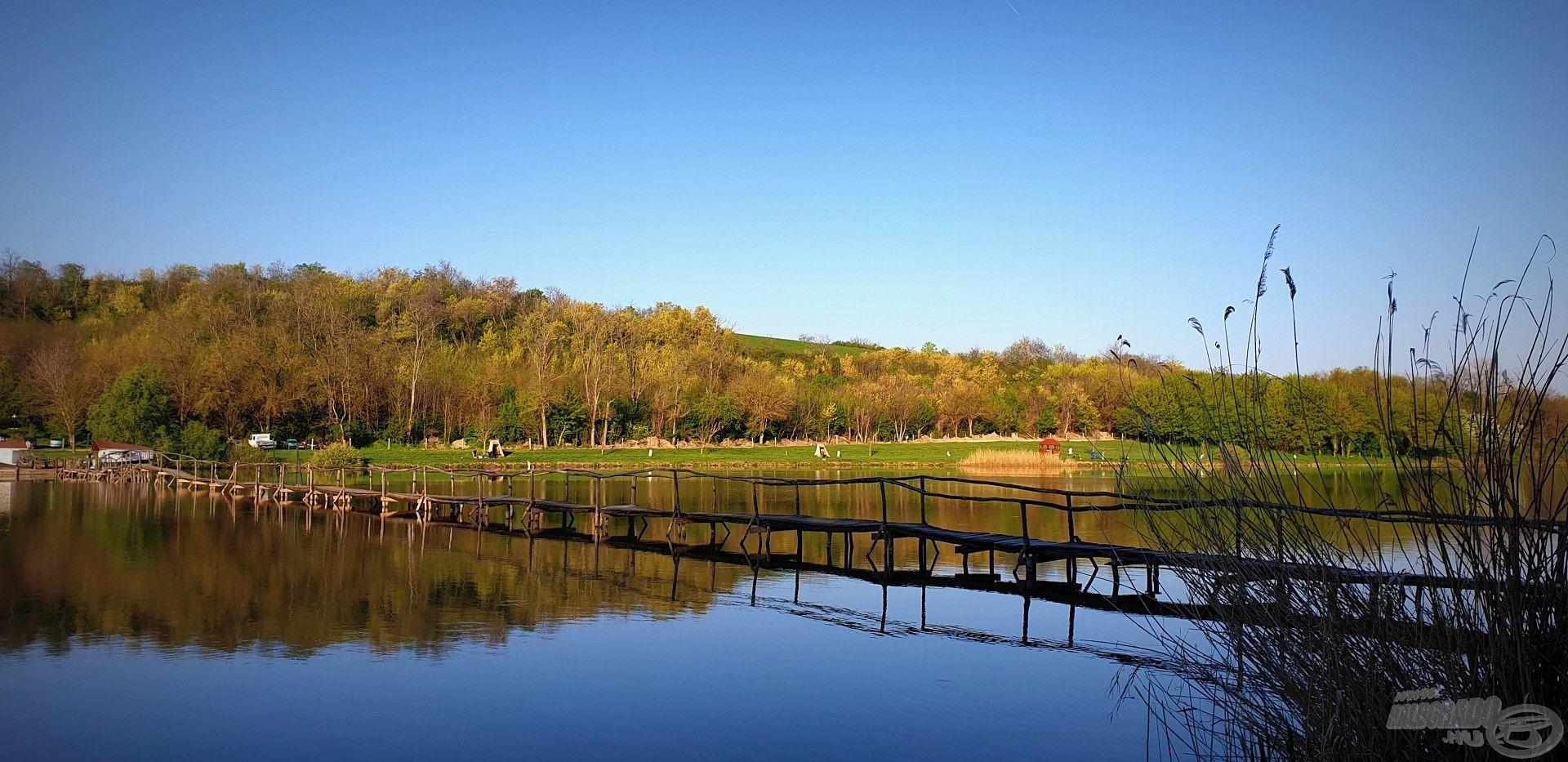A tavat átszelő hídon átkelve foglaltuk el horgászhelyünket