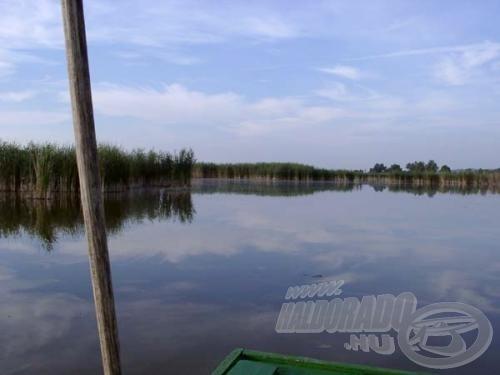 A csónak segítségével eljuthatunk szinte mindenhová. Problémát a hosszú karó jelenthet csak, ha sekély vízen kívánunk lecövekelni.