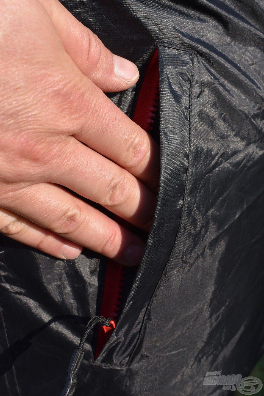 A kabáton két külső zseb van, melyek cipzárasak, így alkalmasak értékeink és horgászigazolványunk biztonságos tárolására