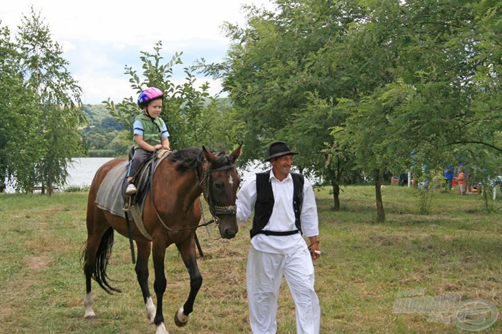A gyerekek kipróbálhatták a lovaglást