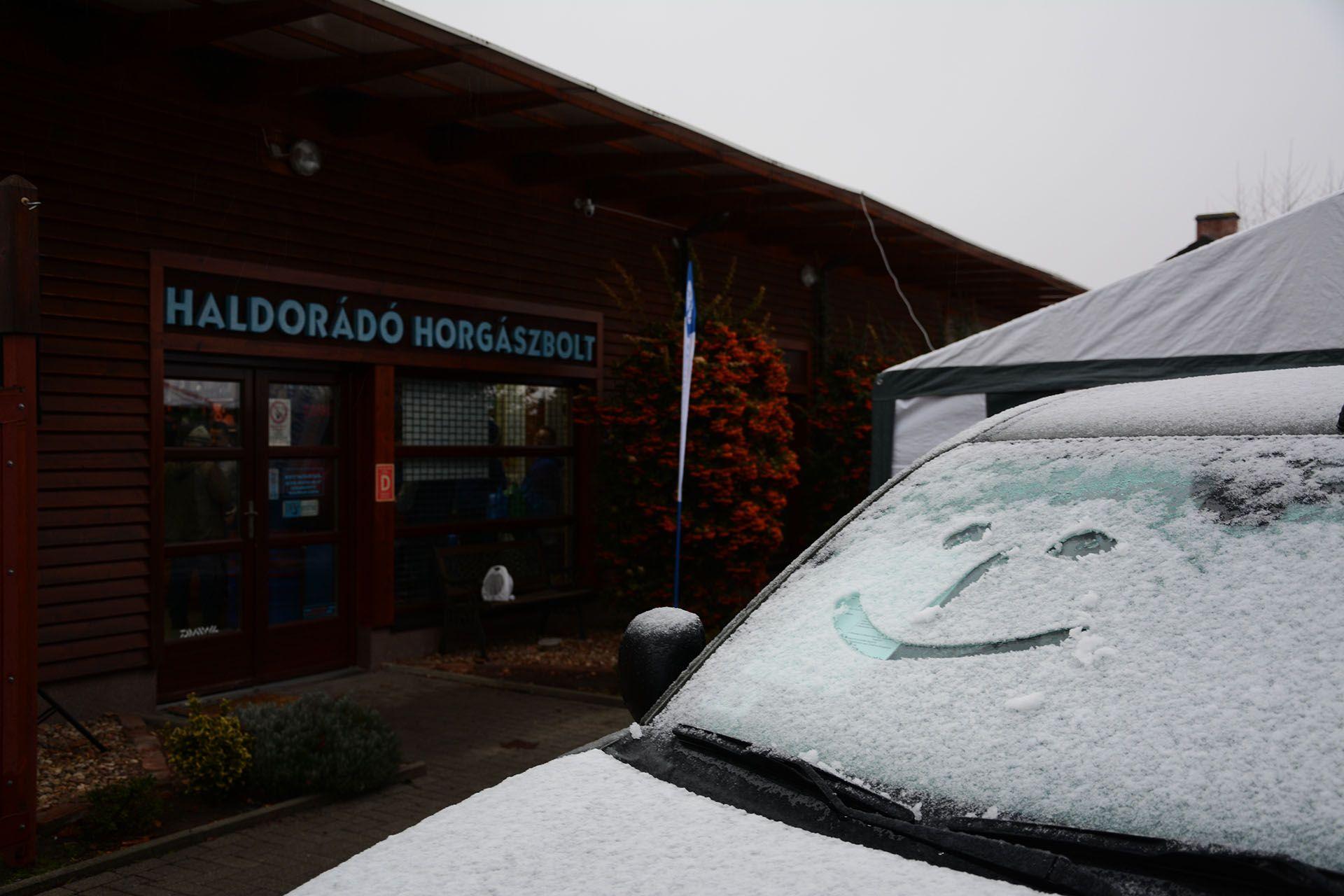 Egy smile-ra elegendő hó maradt az estéről a kocsikon