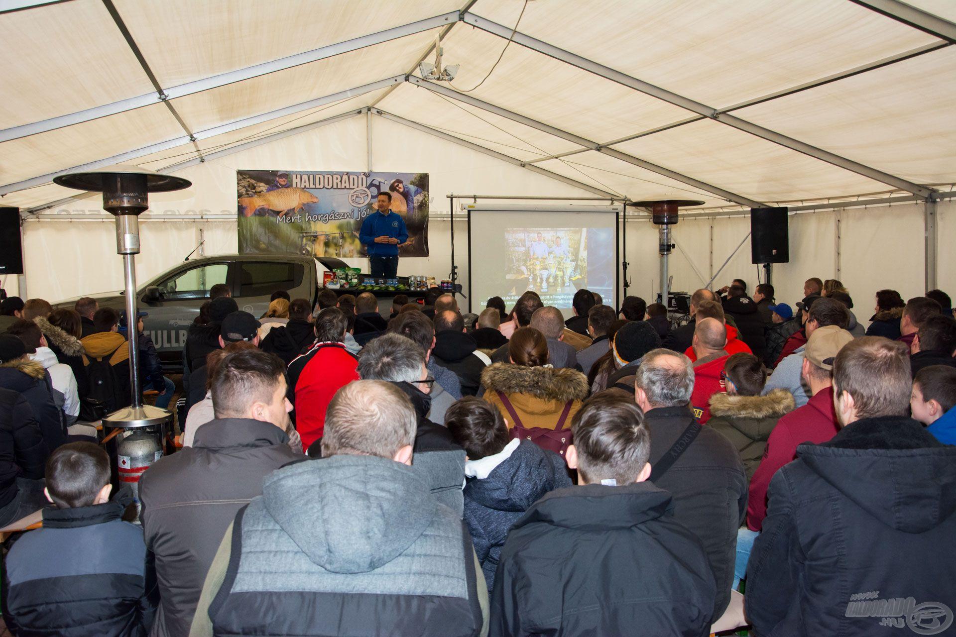 Döme Gábor előadása 9 órakor vette kezdetét a teltházas sátorban